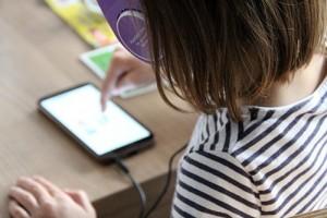 Umfrage: Digitale Kluft wächst, Eltern teilen Endgeräte mit Kids